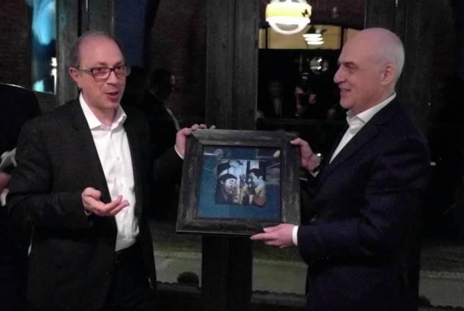 Photo of Айвазян подарил грузинскому коллеге Залканиани картину по мотивам фильма «Мимино»