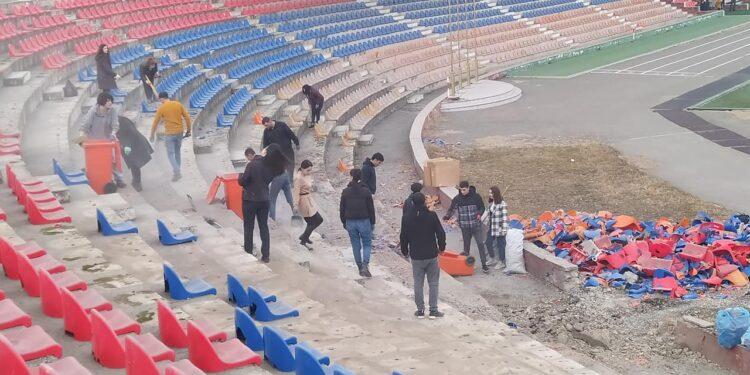 Photo of Վերացնելով պատերազմի հետևանքները․ կամավորները մաքրում են Ստեփանակերտի մարզադաշտը