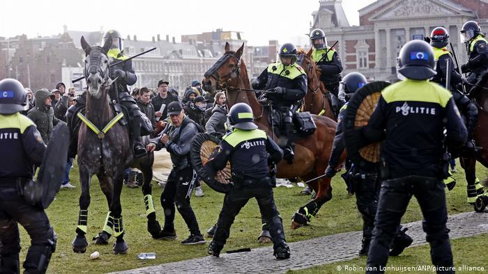Photo of В Нидерландах жестко разогнали антиправительственный протест