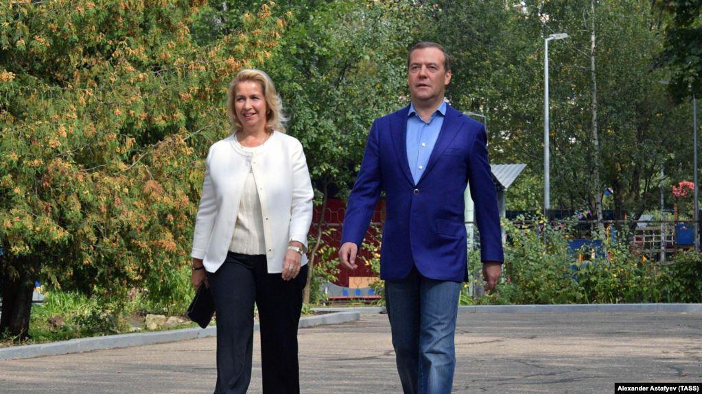 Photo of Самолёт жены Медведева летал в Лондон при закрытом авиасообщении