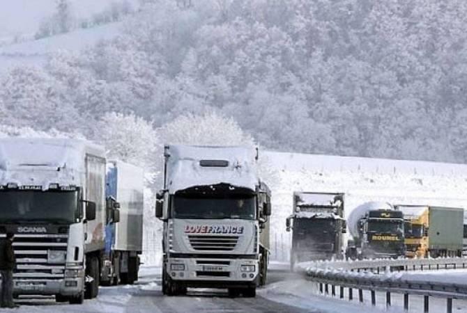 Photo of Автодорога Степанцминда-Ларс закрытаб так как есть угроза схода лавины, а также со стороны России скопилось 450 грузовиков