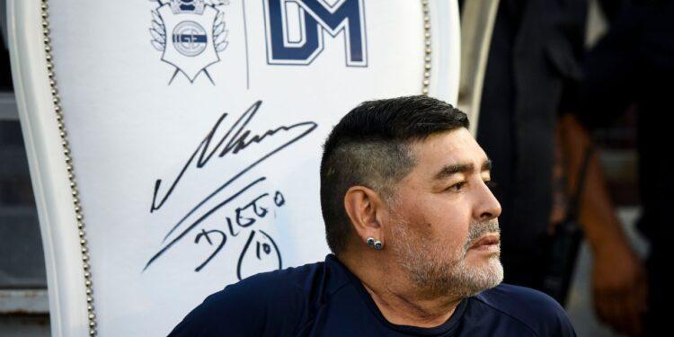 Photo of Մարադոնային բուժած բժշկին մեղադրել են լեգենդար ֆուտբոլիստի ստորագրությունը կեղծելու մեջ