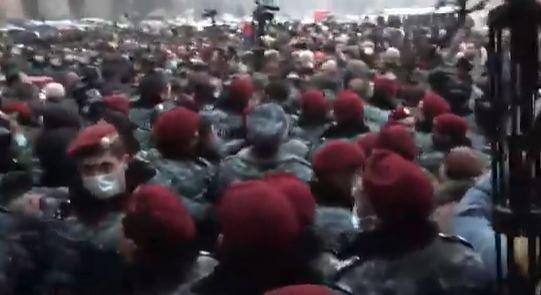 Photo of Քաղաքացիները փորձում են մտնել կառավարության շենք. Ոստիկանների եւ նրանց միջեւ քաշքշուկ սկսվեց