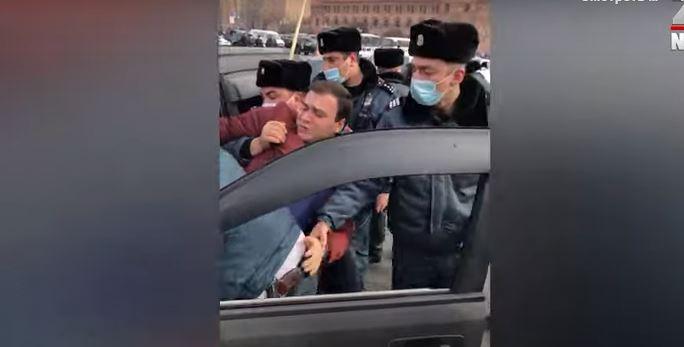 Photo of Ոստիկաններն ուժ կիրառելով բերման են ենթարկում Փաշինյանի հրաժարականը պահանջող քաղաքացուն