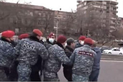 Photo of Ոստիկանները բերման ենթարկեցին Հերացի փողոցը փակած քաղաքացիներին