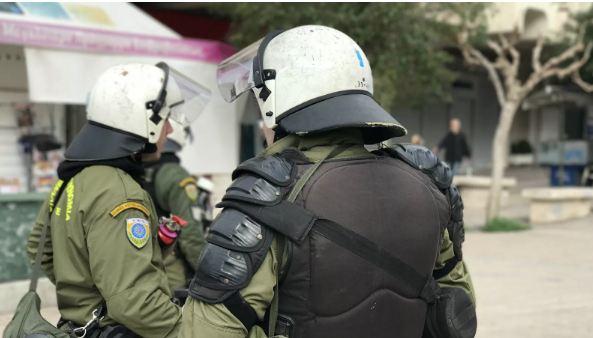 Photo of На протестной акции в Афинах полицейских забросали апельсинами