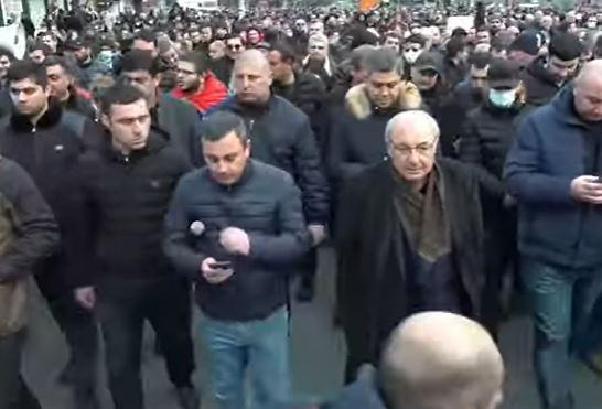 Photo of Ընդդիմադիրները երթով շարժվում են դեպի ԱԺ, որտեղ արտահերթ նիստ է նախատեսված