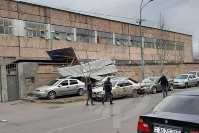 Photo of Сильный ветер в Ереване привел к разрушениям