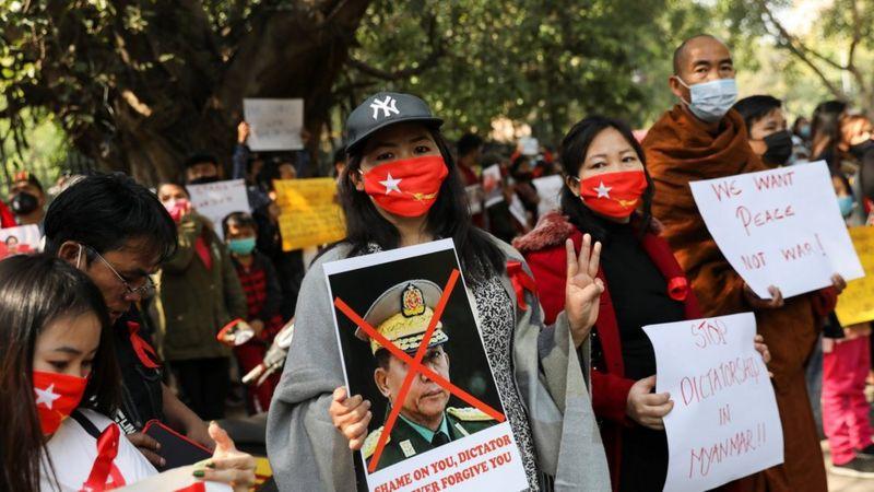 Photo of Протесты в Мьянме: на улицах десятки тысяч, раненая женщина в критическом состоянии