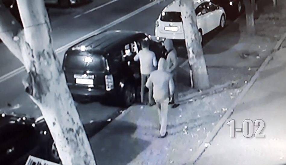 Photo of Տեսագրությունում պատկերված անձինք կասկածվում են մեքենայից գողություն անելու մեջ