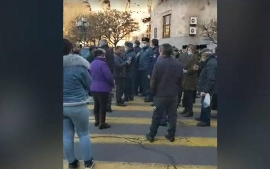 Photo of Արսեն Թորոսյանի խոսքերից վրդովված ծնողները փակեցին Տիգրան Մեծի պողոտան
