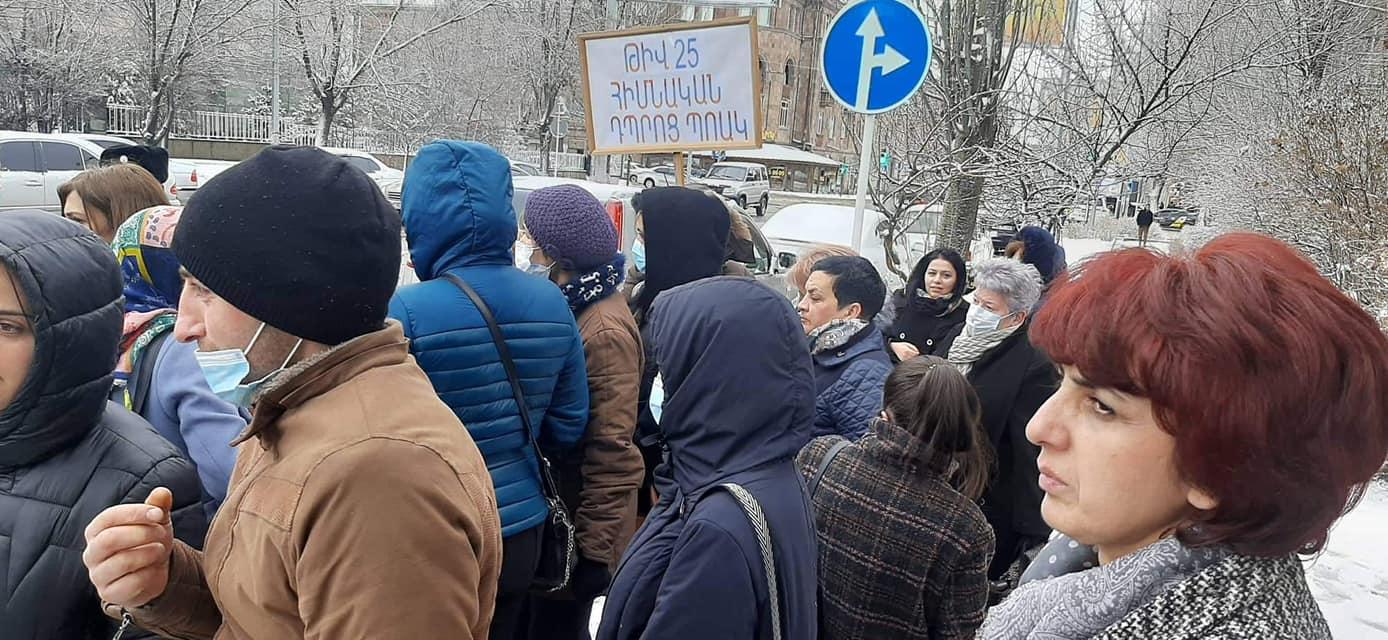 Photo of Մինչ Փաշինյանը մարզպետարանում խորհրդակցության էր, դրսում նրան էին սպասում թիվ 25 դպրոցի աշխատակիցները
