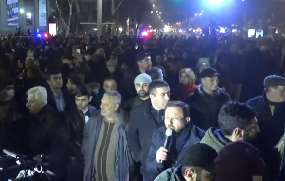 Photo of Բողոքի երթի մասնակիցները Ֆրանսիայի հրապարակ մտնող 4 մուտքերը փակեցին