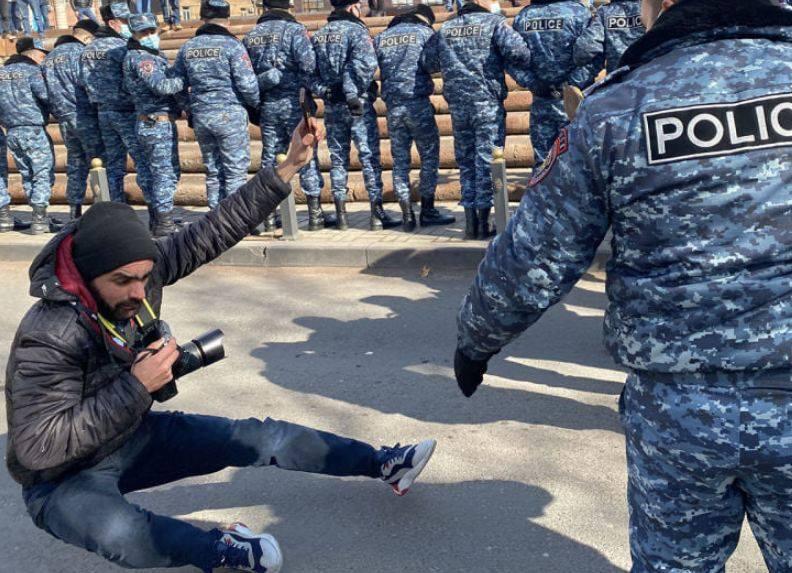 Photo of Լրագրողը ոստիկանության ծառայողների հրելու հետևանքով չի ընկել, այլ նրա որովայնին է դիպել բերման ենթարկվող քաղաքացու ոտքը. պարզաբանում