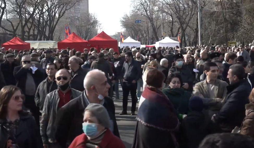 Photo of Բաղրամյան պողոտայում հանրահավաքն ընդմիջվեց 1 ժամով. ընդդիմադիրները սպասում են նախագահի որոշմանը