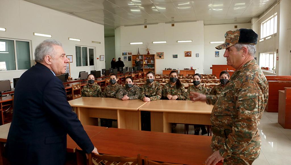Photo of ՀՀ պաշտպանության նախարարը հանդիպել է ռազմաուսումնական հաստատությունների կուրսանտների հետ