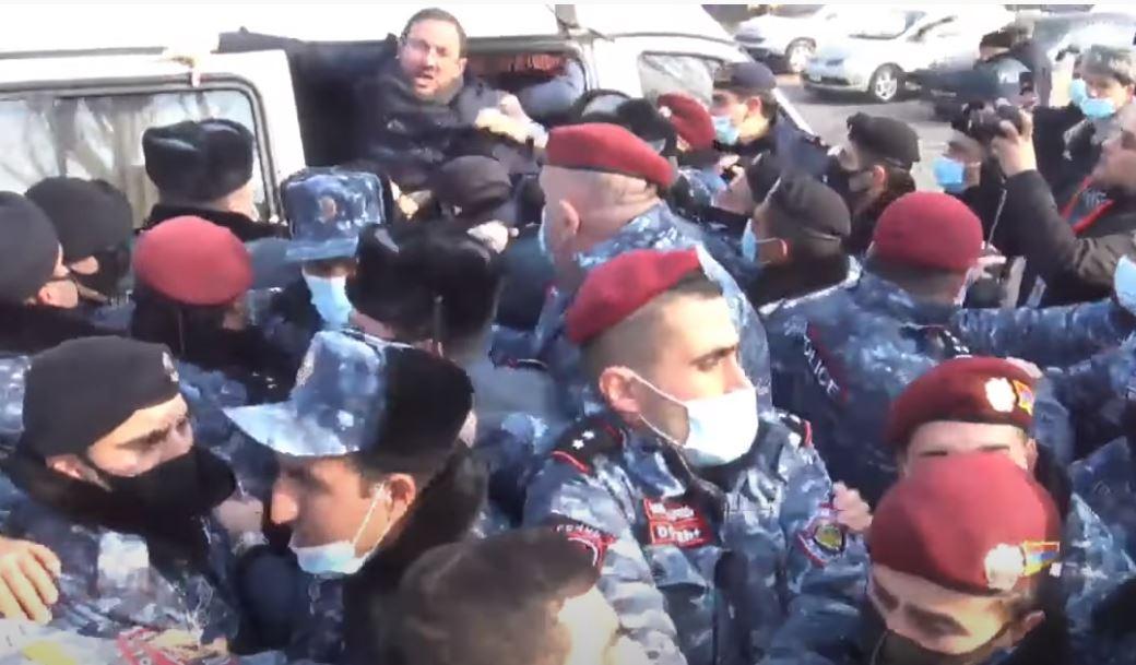 Photo of Ոստիկանները բռնի ուժով բերման ենթարկեցին ԱԺ-ի դիմաց բողոքի ակցիա իրականացնողներին, այդ թվում՝ Գեղամ Մանուկյանին