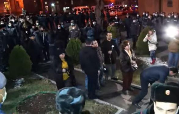 Photo of Ընդդիմադիրները շրջափակեցին ոստիկանության շենքն ու ծաղիկներ դրեցին Արամ Մանուկյանի արձանին