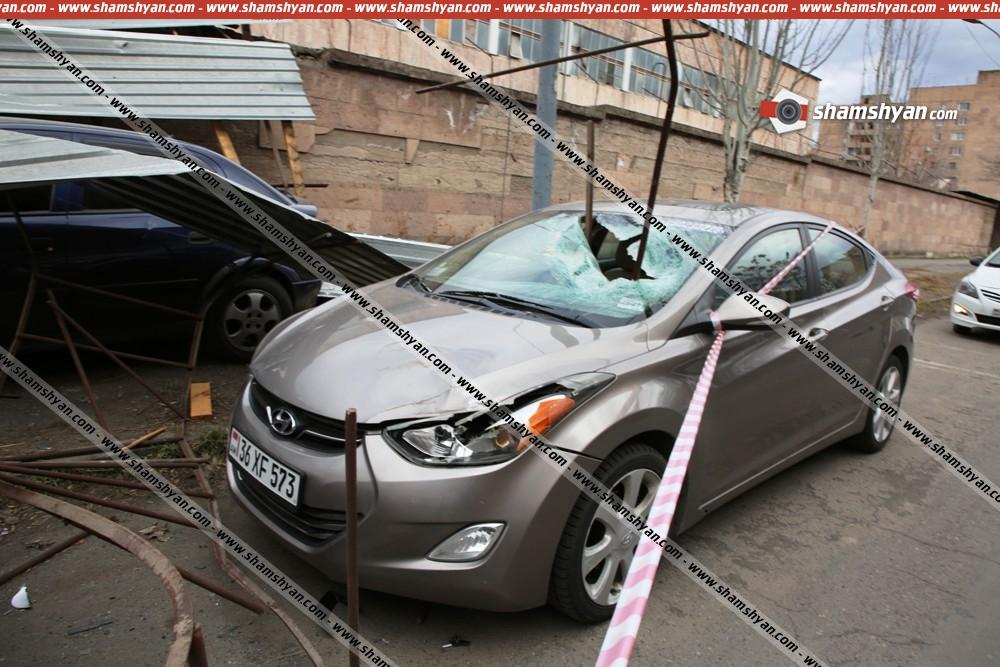 Photo of Երևանում ուժեղ քամին իր սև գործն է արել․ վնասվել են ավտոմեքենաներ․ ո՞վ է փոխհատուցելու քաղաքացիների վնասը