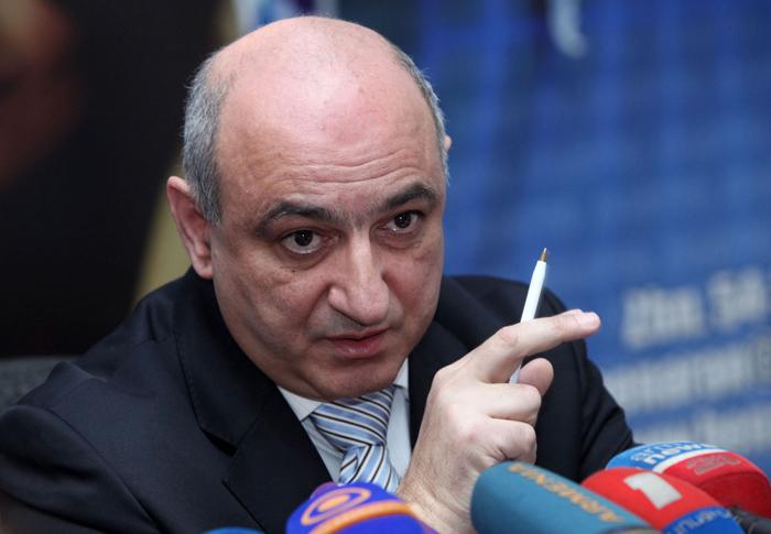 Photo of «Второй президент утверждает, что Гейдар оттаскал бы сына за уши, если бы он проявил к нему неуважение». Президент Ереванского пресс-клуба B․ Навасардян