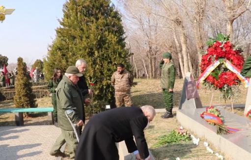 Photo of Մենք պարտք ունենք քո առջև, սպարապետ. ԵԿՄ անդամները ծաղիկներ խոնարհեցին սպարապետի շիրիմին