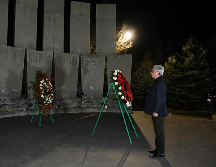 Photo of Серж Саргсян в пантеоне Ераблур воздал дань уважения памяти Вазгена Саргсяна
