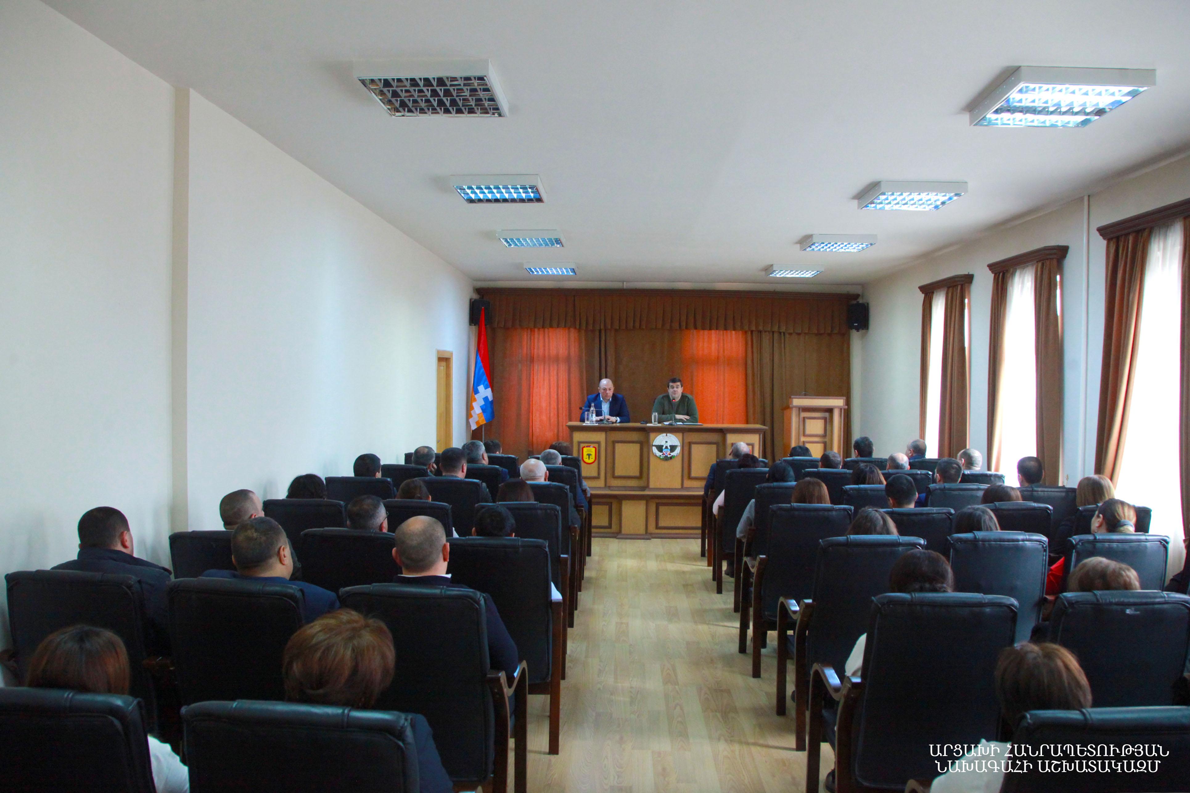 Photo of Արցախում նոր պատերազմ սկսելու մասին խոսակցություններն անհիմն են. Արայիկ Հարությունյանը հանդիպել է ԱՀ ՊԵԿ աշխատակիցների հետ