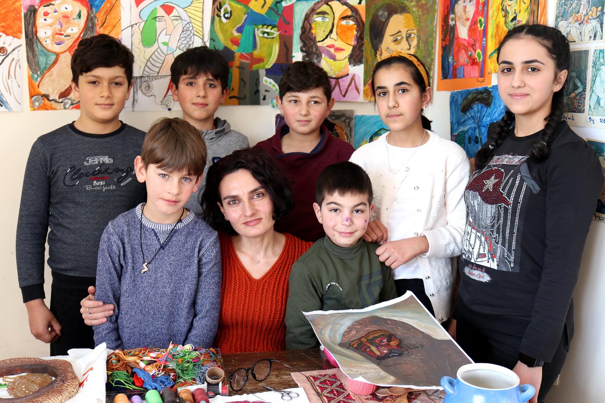 Photo of Հրազդանցի երիտասարդ գեղանկարչուհին ասեղնագործության բնագավառում արժանացել է ժողովրդական վարպետի կոչման