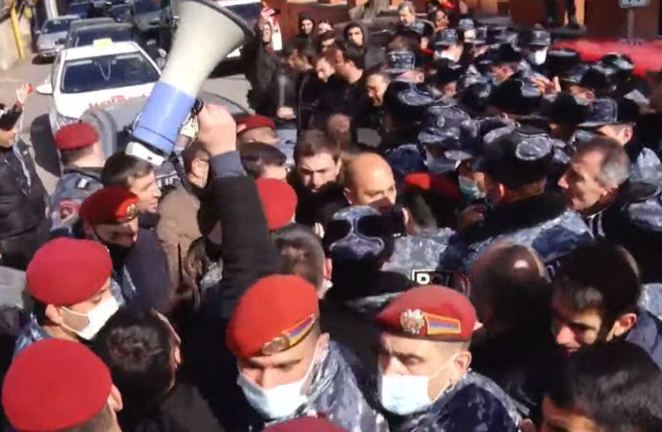 Photo of Լարված իրավիճակ նախագահականի մոտ. քաղաքացիների եւ ոստիկանների միջեւ քաշքշուկ սկսվեց