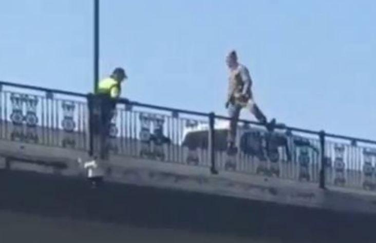 Photo of Несколько минут назад в Баку мужчина в военной форме пытался совершить самоубийство