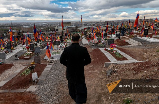 Photo of Иногда 20 матерей с разных могил плачут и скорбят. Священник Ераблура видел ад. armeniasputnik.am