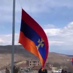 Photo of Над приграничным с Азербайджаном селом Шурнух поднят 30-метровый флаг Армении