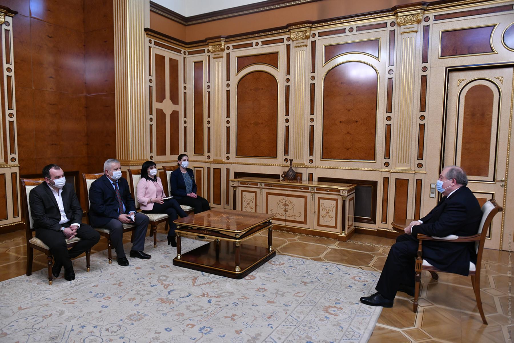 Photo of Արմեն Սարգսյանը հանդիպել է ԱԺ խմբակցություններում չընդգրկված մի խումբ պատգամավորների հետ