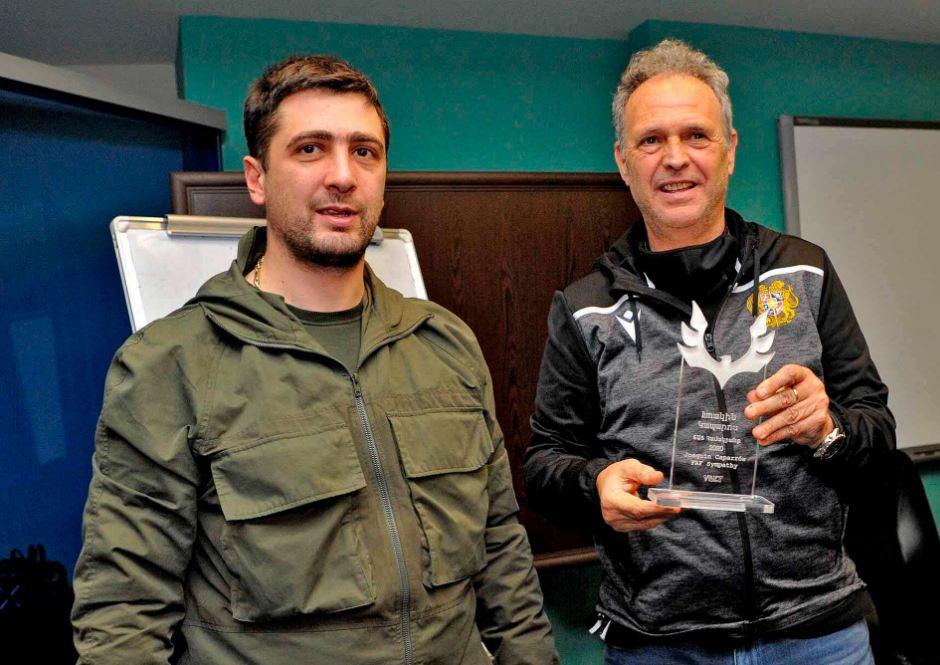 Photo of Ազգային հավաքականի գլխավոր մարզչին ֆուտբոլասերները «ՖԱՖ համակրանք» մրցանակ են հանձնել