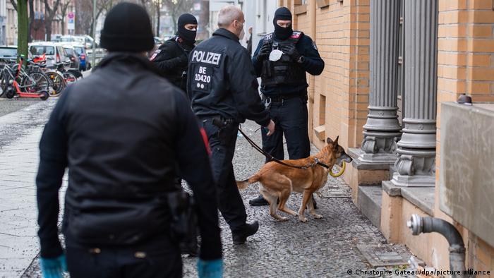 Photo of Полиция ФРГ провела обыски в связи с контрабандой людей