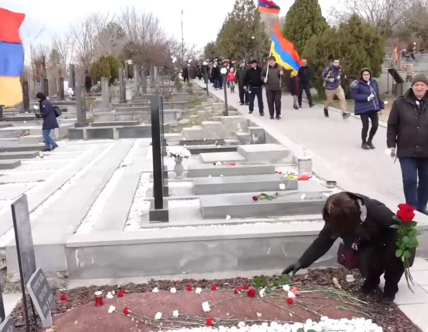 Photo of «Եռաբլուր»-ում ծաղիկներ են խոնարհում հայրենիքի համար նահատակված հերոսների շիրիմներին