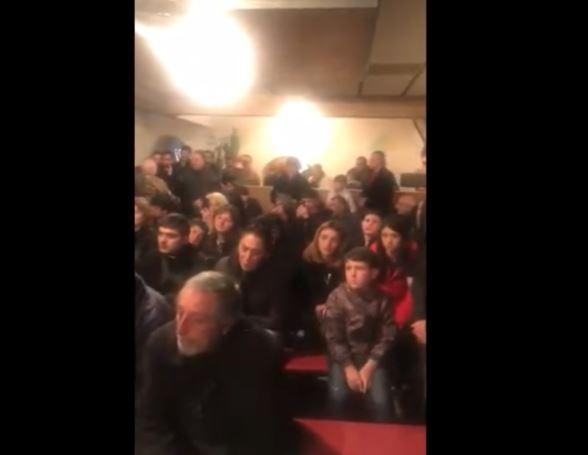 Photo of Բլոգեր Ալեքսանդր Լապշինը տեսանյութ է հրապարակել. դահլիճում զոհված զինծառայողների հարազատներ են
