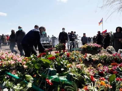 Photo of Մյասնիկյան համայնքում բնակիչների հետ հանդիպումից առաջ Փաշինյանը հարգանքի տուրք մատուցեց զոհվածների հիշատակին