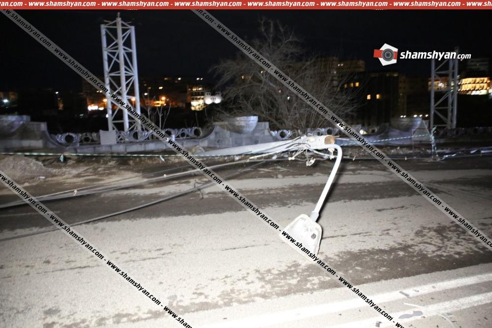 Photo of Արտակարգ իրավիճակ Երևանում, Աթենքի փողոցում 12 էլեկտրասյուները պոկվել ու տապալվել են գետնին փակելով ճանապարհը