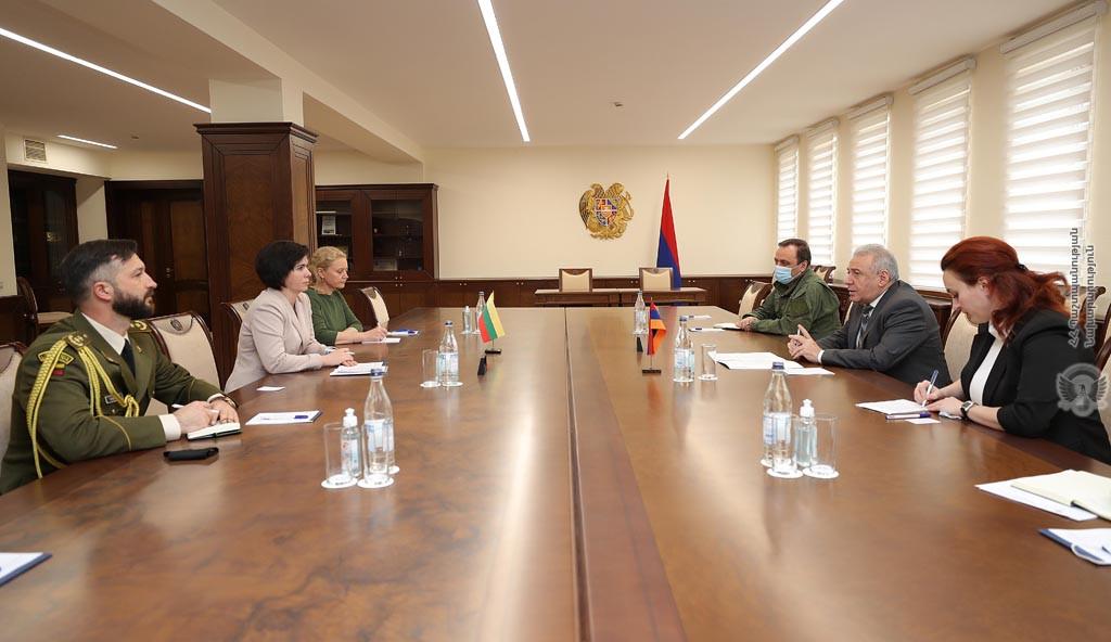 Photo of Министр обороны Армении и посол Литвы обсудили вопросы оборонного сотрудничества