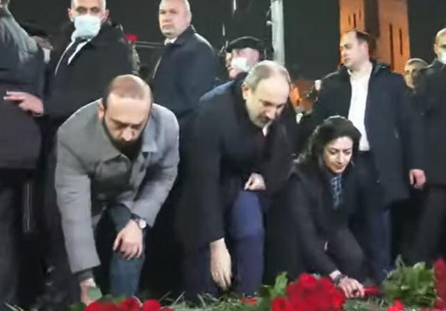 Photo of Сторонники Пашиняна возложили цветы у памятника Мясникяну — в память жертв событий 1 марта