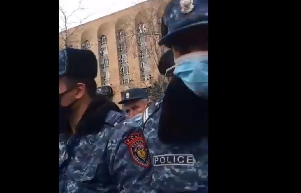 Photo of 100 մետր քայլելու համար Փաշինյանի անվտանգությունն ապահովում են մեծ թվով ոստիկաններ