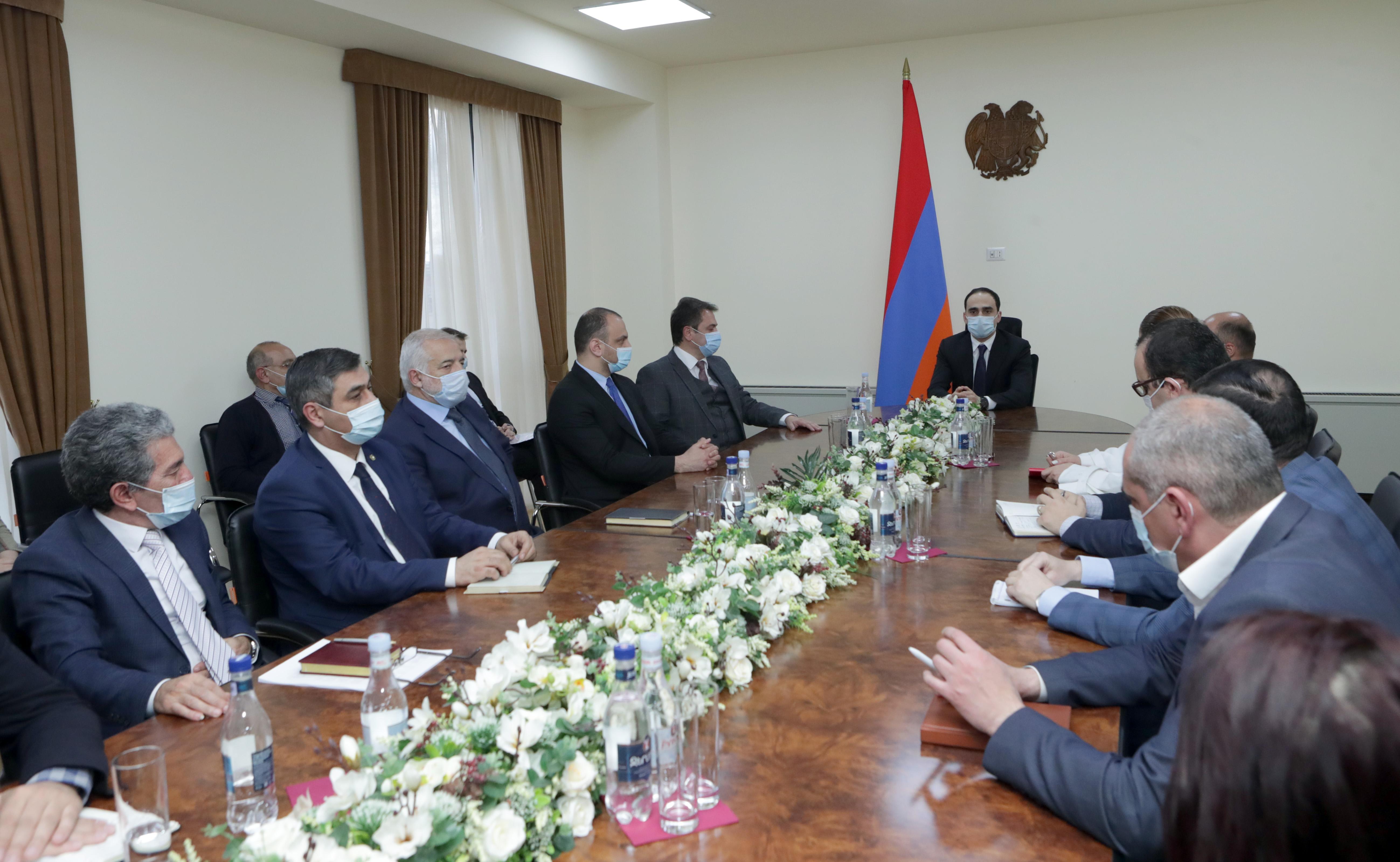 Photo of Вице-премьер Авинян представил новоназначенного министра высокотехнологической промышленности Айка Чобаняна