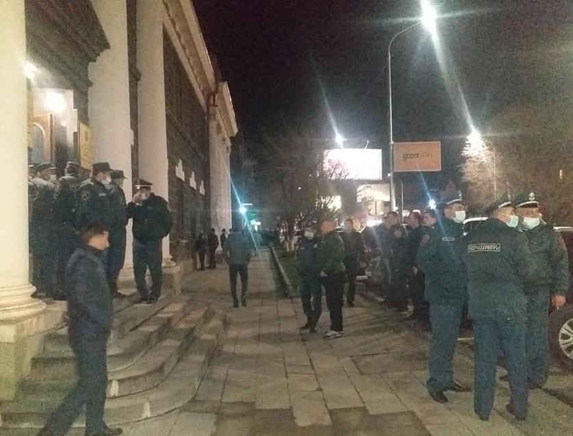 Photo of Այս պահին ոստիկանական ուժերը շրջափակել են Շիրակի մարզպետարանի շենքը