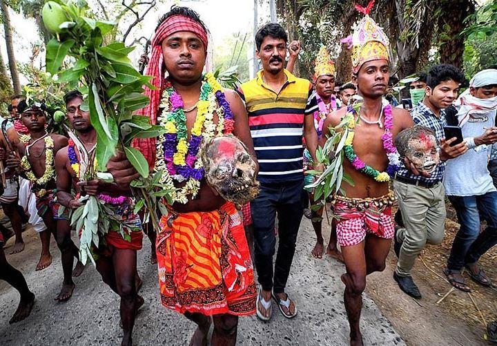 Photo of Հնդկաստանում հավատացյալները պարում են մարդկային գանգերի հետ՝ աստվածներից անձրև և լավ բերք ստանալու ակնկալիքով