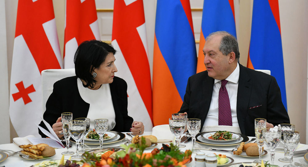 Photo of Նախագահները պատրաստվում են հանդիպման. Սարգսյանը վրացերեն է գրում, Զուրաբիշվիլին` հայերեն