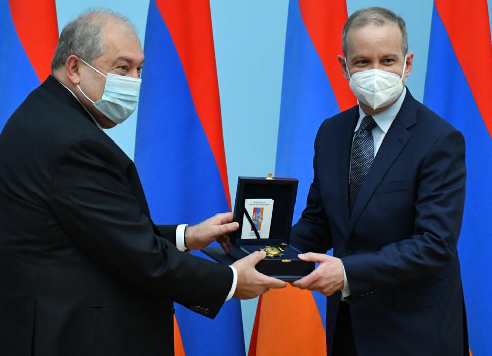 Photo of Նախագահ Սարգսյանը պարգևատրել է Ֆրանսիայի Սենատի նախագահին և մի խումբ սենատորների