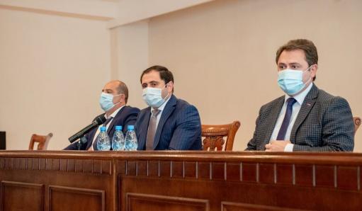 Photo of Министр Папикян представил аппарату администрации Тавушской области нового губернатора