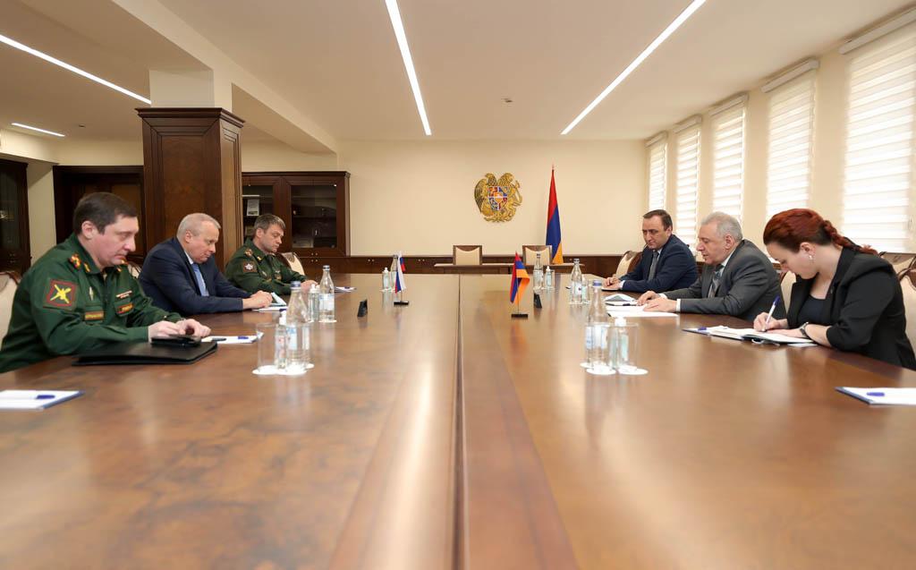 Photo of Министр обороны Армении обсудил с послом России безотлагательность решения проблемы армянских пленных, удерживаемых Азербайджаном