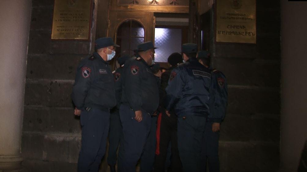 Photo of Նոր ֆոտոշարք Շիրակի մարզպետարանից․ կառույցի ներսում աշխատակիցներն ու գերիների հարազատներն են, դրսում՝ ոստիկանները